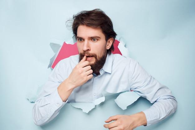 Barbudo homem espiando de perto o close-up do escritório de fundo. foto de alta qualidade