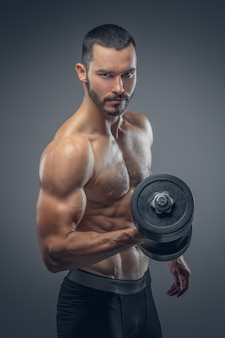 Barbudo homem musculoso detém halteres