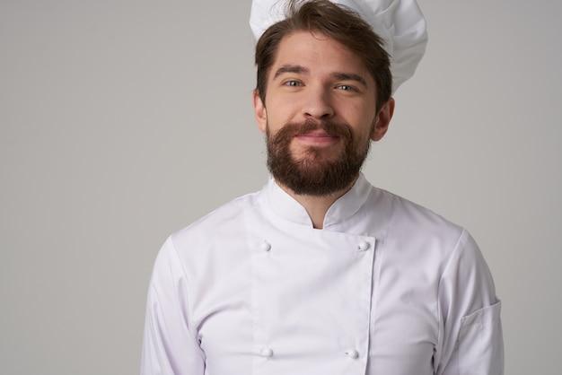 Barbudo homem restaurante serviço fundo isolado gesto de mão profissional. foto de alta qualidade