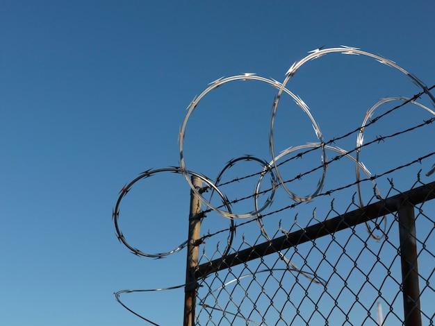 Barbwire em uma cerca em vancouver, british columbia, canadá