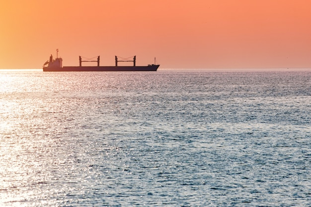 Barcaça ao pôr do sol