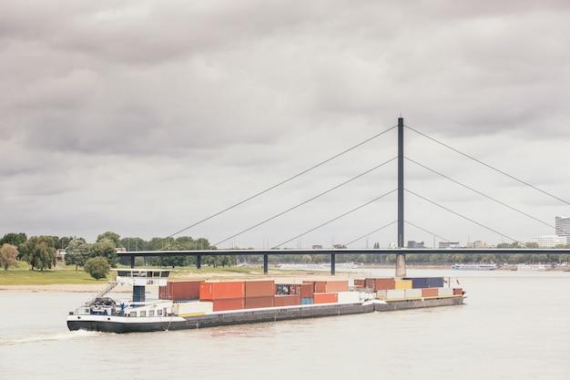 Barcaça de carga no rio reno em dusseldorf