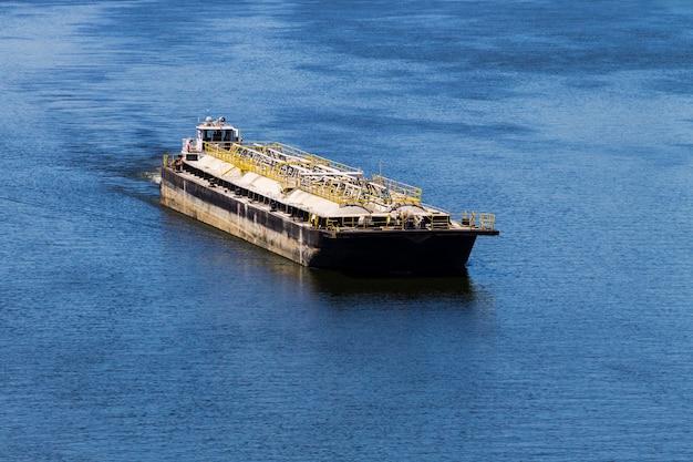 Barcaça flutuando no rio dnieper, na ucrânia