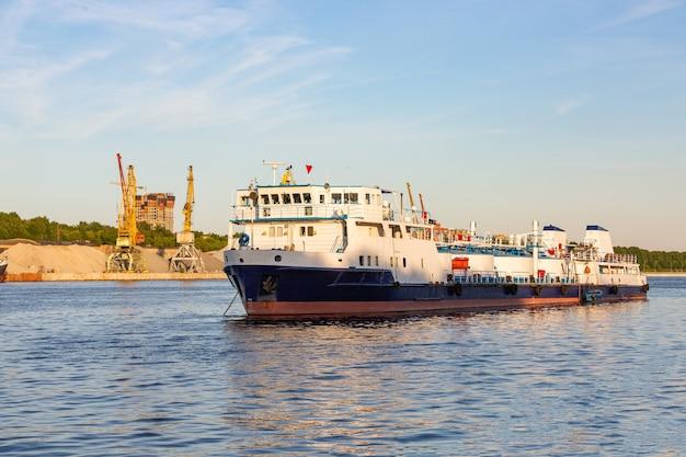 Barcaças e guindastes no porto fluvial