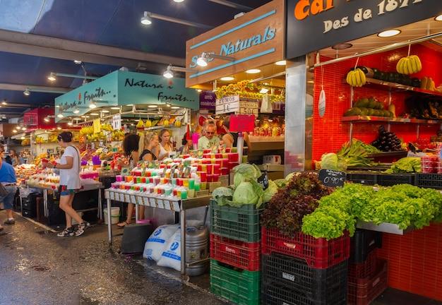 Barcelona, espanha-16 de julho de 2015: pessoas que compram comida dentro do mercat de la boqueria. é um grande mercado público no bairro ciutat vella de barcelona