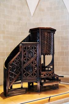 Barcelona espanha dezembro púlpito de madeira feito à mão por antonio gaudi exposição na sagrada família