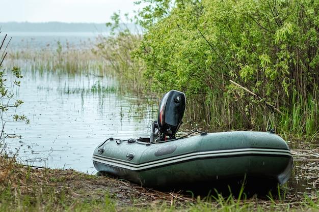 Barco a motor de borracha no lago.