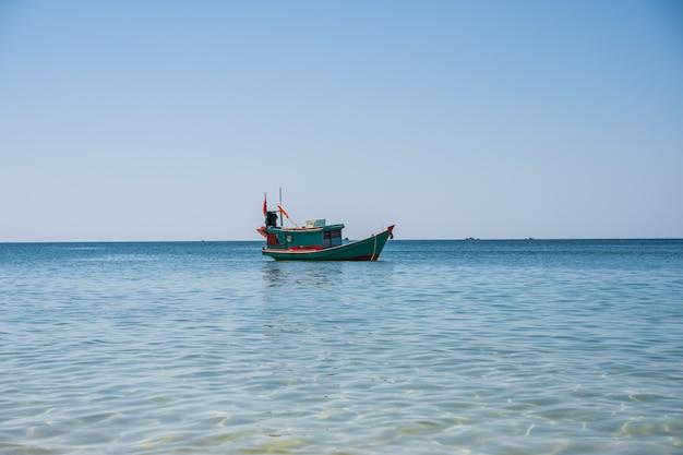 Barco a motor em madeira com uma bandeira do vietnã