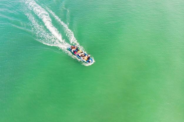 Barco a motor leva o turista à ilha de koh rong samloem, camboja.