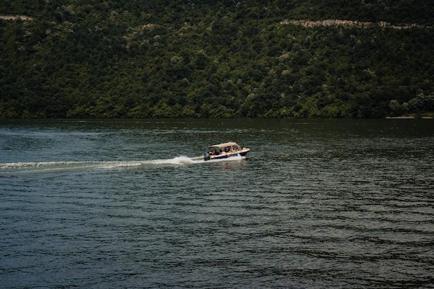 Barco a motor movendo-se no belo lago