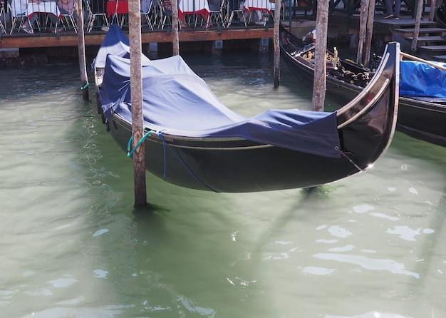 Barco a remo de gôndola em veneza