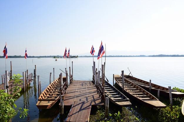 Barco a remo para o transporte para o templo na ilha de kwan phayao.