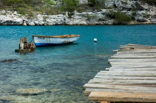 Barco a remos de madeira
