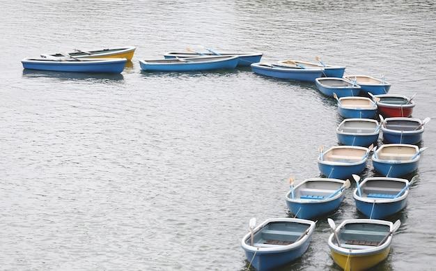 Barco a remos na lagoa no parque do chidorigafuchi.