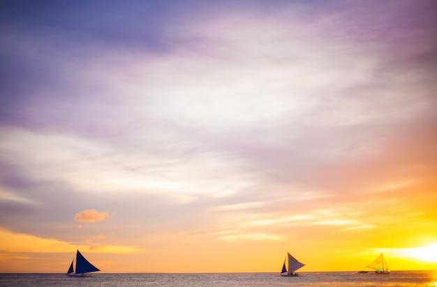 Barco à vela ao pôr do sol na ilha de boracay, nas filipinas