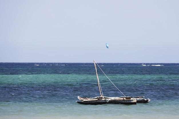 Barco à vela em diana beach, quênia, áfrica