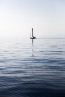 Barco à vela em uma superfície do mar calmo