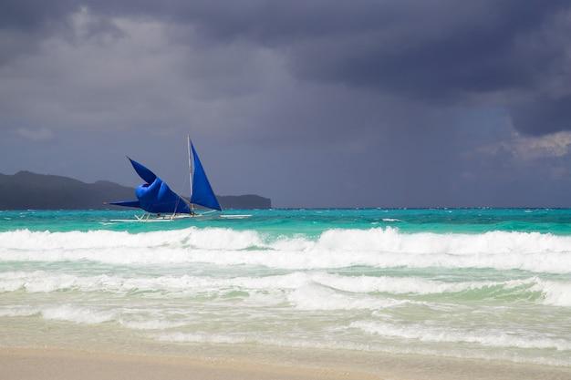 Barco à vela, ligado, a, mar, em, ilha boracay, antes de, tempestade, filipinas