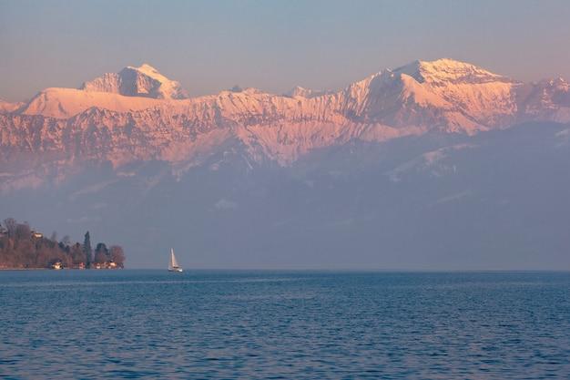 Barco à vela no lago thun, bernese oberland, suíça