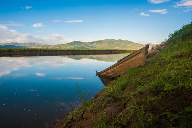 Barco abandonado no lago