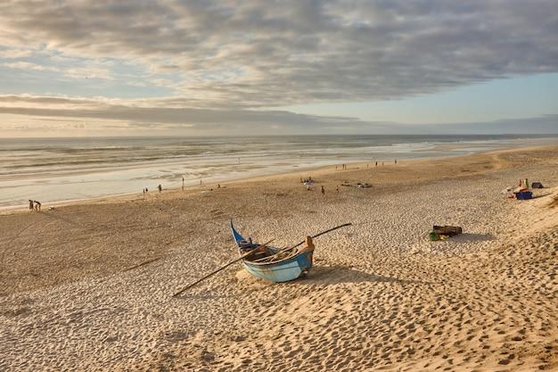 Barco abandonado pequeno na praia de costa nova, na cidade de aveiro em portugal.