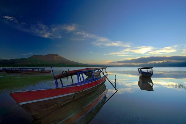 Barco ancorado no cais