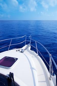 Barco arco velejando no mar mediterrâneo azul