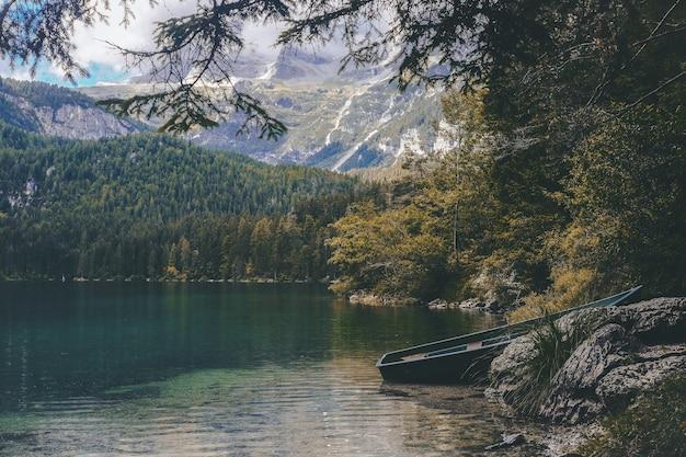 Barco azul atracado perto da rocha