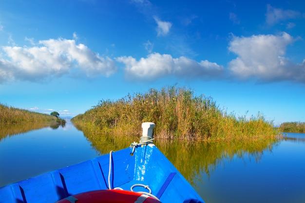 Barco azul navegando no lago albufera de valência