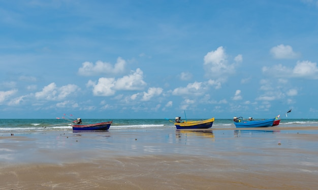 Barco colorido da longo-cauda na praia, rayong.