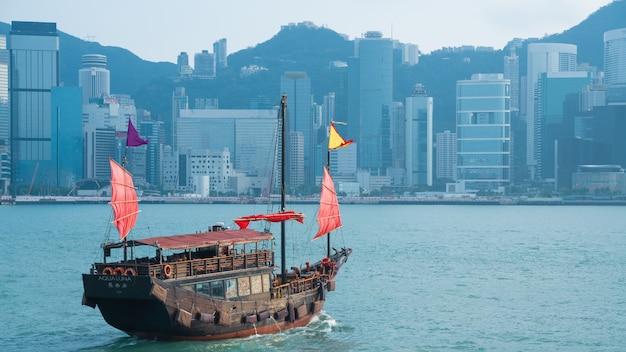 Barco comercial em um porto