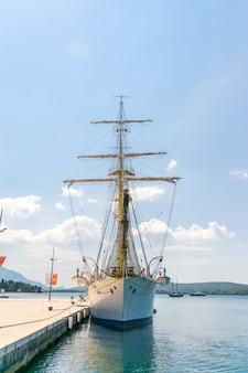 Barco de atração ancorado em porto montenegro