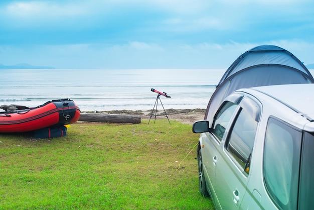 Barco de borracha da barraca da máquina do curso do verão do seascape céu do horizonte da costa com nuvens