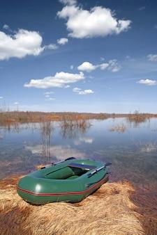 Barco de borracha no rio da costa