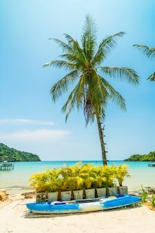 Barco de caiaque na bela praia tropical