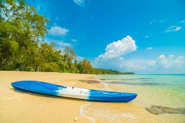 Barco de caiaque na praia do belo paraíso e mar