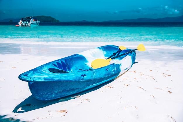 Barco de caiaque na praia na ilha de nyaungoophee, myanmar