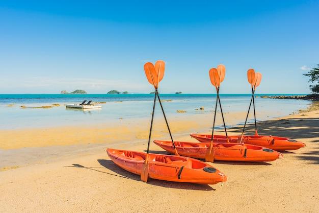 Barco de caiaque vazio ou navio na praia tropical e mar