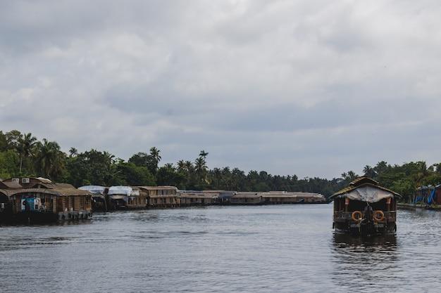 Barco de casa em um rio