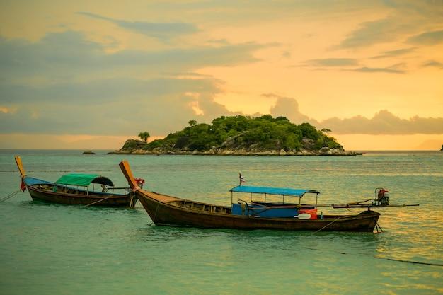 Barco de cauda longa ao pôr do sol