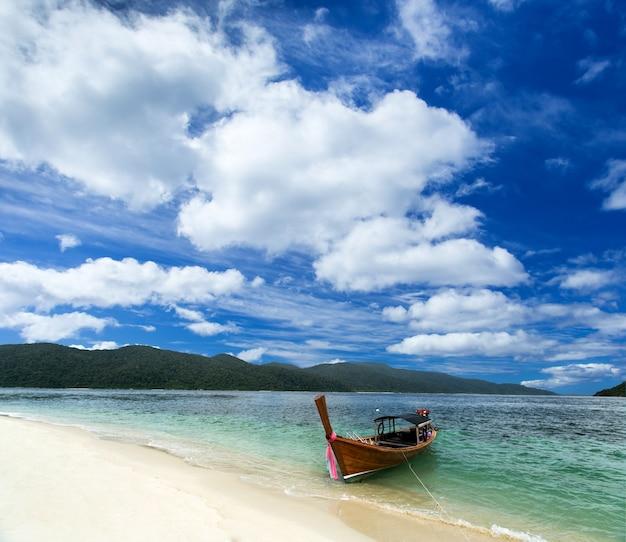 Barco de cauda longa com fundo de céu azul Foto Premium