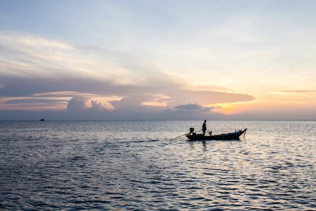 Barco de cauda longa e pôr do sol no mar, koh phangan, surat thani, tailândia