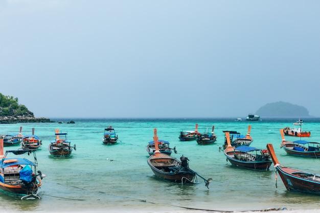 Barco de cauda longa em koh lipe, satun tailândia
