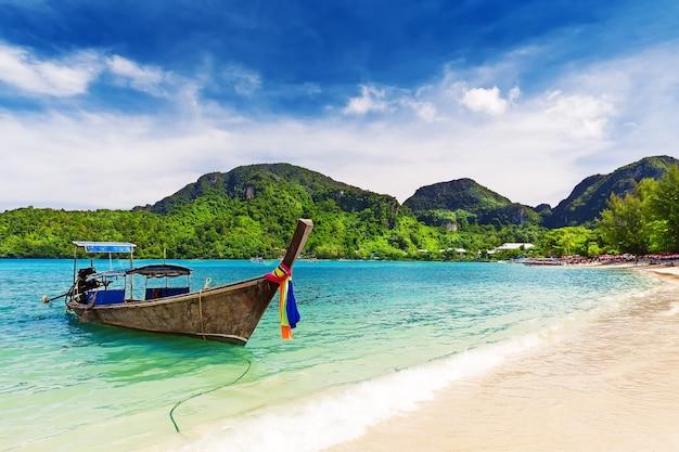 Barco de cauda longa em praia tropical, krabi, tailândia
