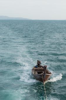 Barco de cauda longa flutuando no mar, verão tailândia, mar azul e céu
