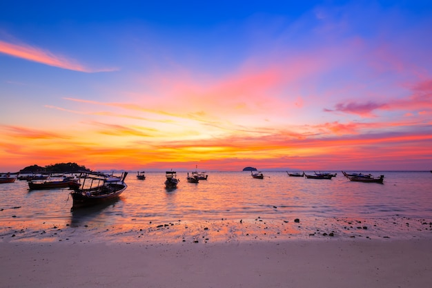 Barco de cauda longa na praia de areia de manhã na ilha tropical na tailândia