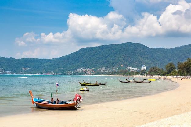 Barco de cauda longa na praia de patong em phuket, na tailândia