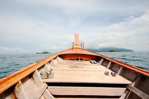 Barco de cauda longa tradição tradição de madeira cabeça para o mar de andaman na tailândia