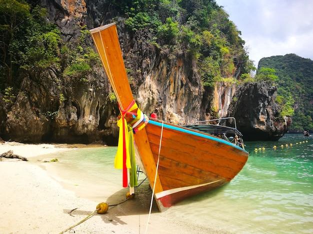 Barco de cauda longa tradicional e praia branca na ilha de koh lao la ding, krabi, tailândia