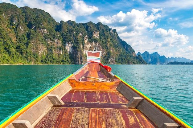 Barco de cauda longa tradicional tailandês de madeira no lago cheow lan, na tailândia